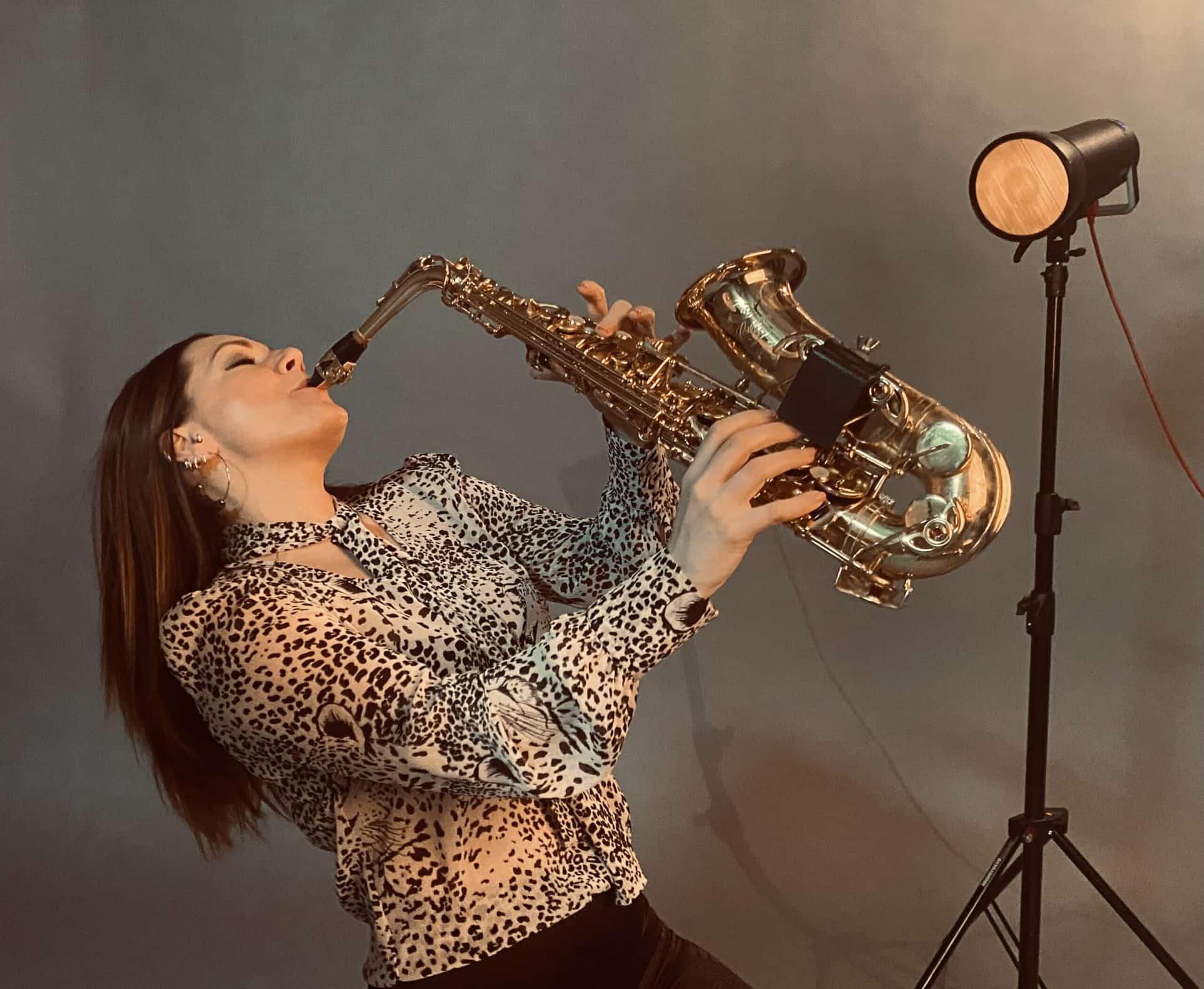 """Lana S. pjesmom """"Naš svijet"""" predstavlja se kao multi instrumentalistica i pjevačica"""